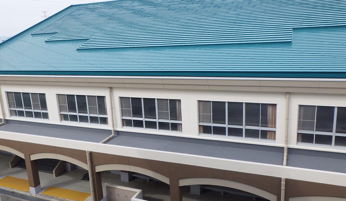 公共工事 明野西小学校の屋内運動場外壁・屋根等の改修工事