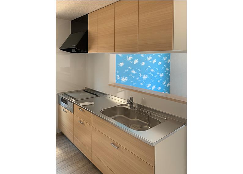 ファミリー向け 新築賃貸木造アパート 木目対面キッチンからリビングを望んだところ