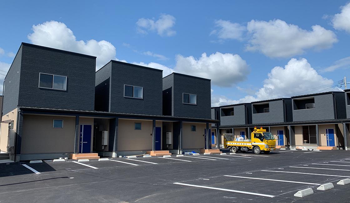 ファミリー向け 新築賃貸木造アパート 駐車場と外観