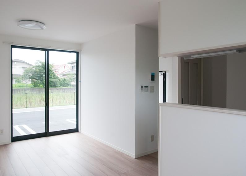 新築賃貸アパート建設施工工事 1階リビング 右側は対面キッチン