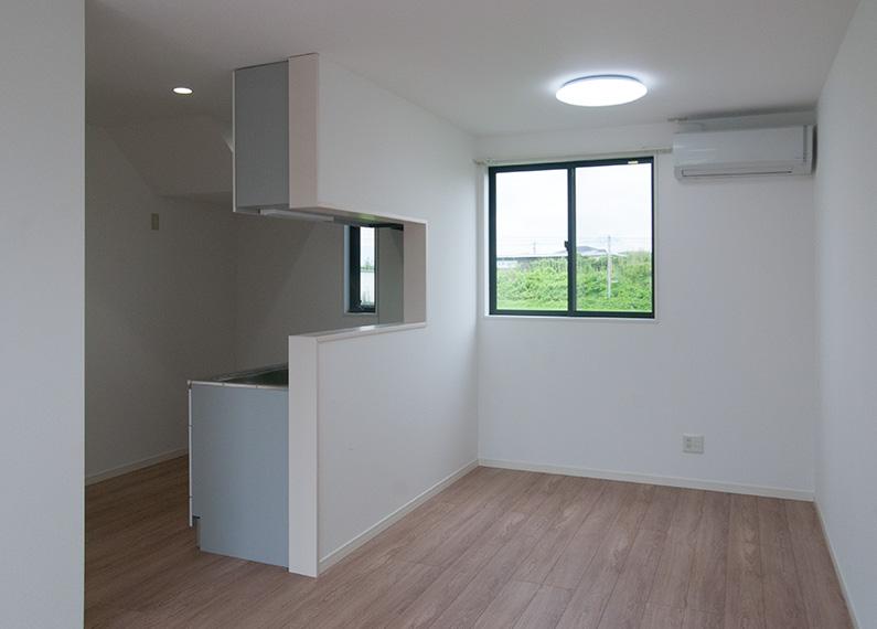新築賃貸アパート建設施工工事 1階リビング 左側は対面キッチン