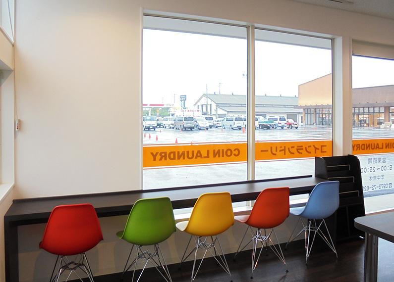 コインランドリー併設のクリーニング店 さま 店舗新築・外構・内装工事 休憩スペース