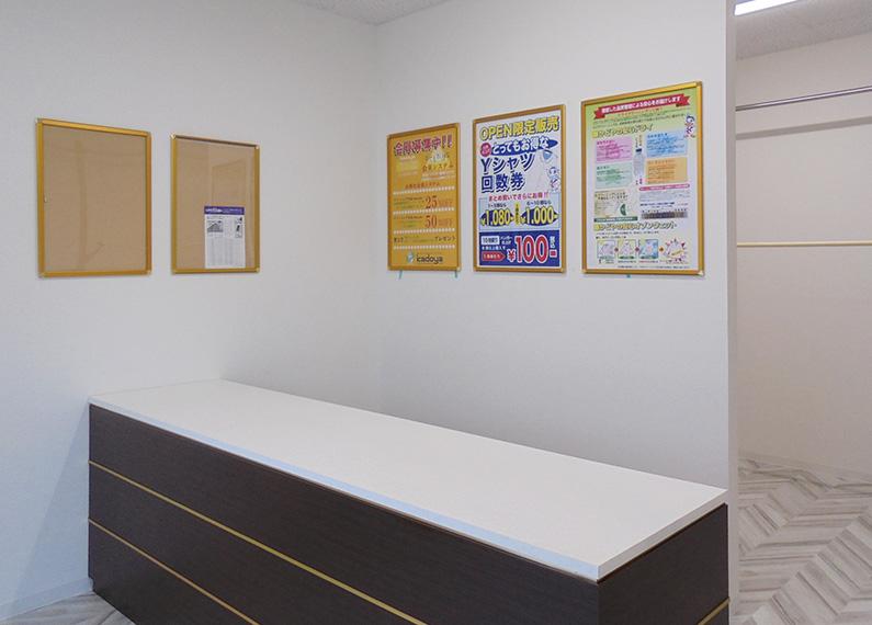 コインランドリー併設のクリーニング店 さま 店舗新築・外構・内装工事 受け渡しレジカウンター